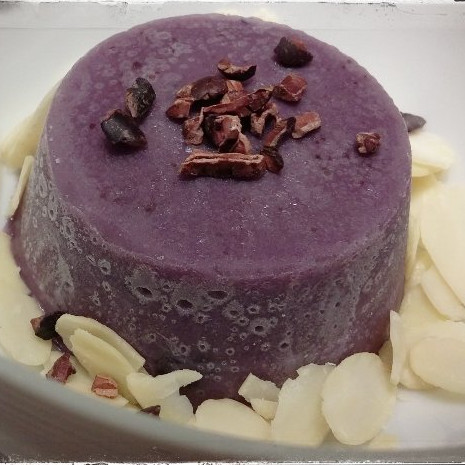 Blueberry frozen with fresh almonds and chocolate flakes
